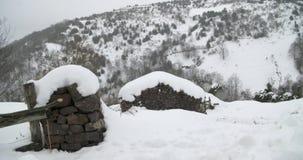 Wiejski dom zakrywający śniegiem z śnieżną górą w horyzoncie zdjęcie wideo