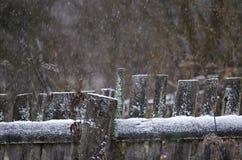 Wiejski drewniany ogrodzenie podczas opadu śniegu Zdjęcia Royalty Free