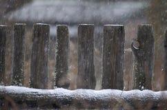 Wiejski drewniany ogrodzenie podczas opadu śniegu Fotografia Royalty Free