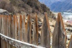 Wiejski drewniany ogrodzenie robić od cienkich drewnianych desek ochrania intymnego gospodarstwo rolne w górach Obrazy Stock
