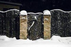 Wiejski drewniany ogrodzenie w zimie w śniegu Obrazy Royalty Free