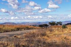 Wiejski droga gruntowa bieg Przez Suchego zima krajobrazu Zdjęcia Royalty Free