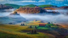 Wiejski góra krajobraz w jesień ranku - Fundatura Ponorului, Rumunia Obraz Stock