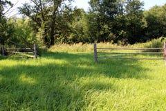 Wiejski krajobraz z drewnianym ogrodzeniem Fotografia Royalty Free