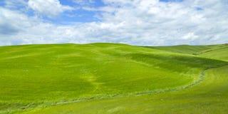 Wiejski krajobraz z zielonymi wzgórzami Zdjęcia Royalty Free