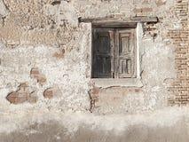 Wiejski okno, hiszpańska architektura, cegły ściana i drewniany detai, Zdjęcie Royalty Free