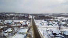 Wiejski rozdroża widok z lotu ptaka Wioski zbliżają rzekę Zima i opad śniegu zbiory wideo