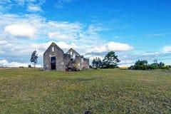 Wiejski Stary Derelect Rolny budynek na Suchym zima krajobrazie Obrazy Royalty Free