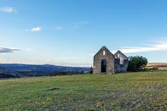 Wiejski Stary Derelect Rolny budynek na Suchym zima krajobrazie Fotografia Stock