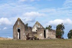 Wiejski Stary Derelect Rolny budynek na Suchym zima krajobrazie Zdjęcia Stock