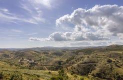 Wiejski wsi Cloudscape krajobraz przy Algarve Zdjęcia Stock