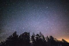 Wiejski zima krajobraz przy nocą z drzewami i gwiazdami Obraz Stock
