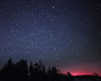 Wiejski zima krajobraz przy nocą z drzewami i gwiazdami Obrazy Stock