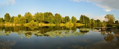 Wiejski zmierzchu jeziora krajobraz Obrazy Stock