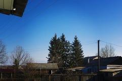 Wiejskie budowy przeciw niebu Zdjęcia Stock