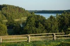 Wiejskiego kraju ogrodzenia wieczór jeziorny lato Zdjęcia Stock