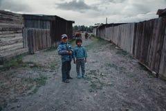 wiejskiego ?ycia Dzieci gromadzi si? ?ydki Republika Altai wioska Aktash, Lipiec 2018 obraz stock