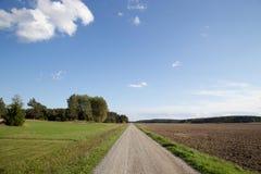 Wiejskiej drogi niebieskie niebo zdjęcie stock