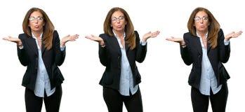 Wiek średni biznesowa kobieta z długie włosy obraz stock