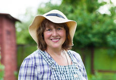 Wiek średni kobieta w kapeluszowym działaniu Fotografia Stock