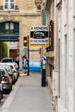Wiek 21 dla sprzedaży vendre signage na kącie budynek Obrazy Stock
