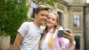 Wiek dojrzewania robi selfie przeciw antyka kasztelowi, miejsce interes, historii studiowanie zdjęcia stock