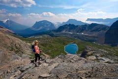 Wiek ?redni kobieta wycieczkuje w Kanadyjskich Skalistych g?rach zdjęcie royalty free