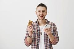Wiek technologia zostać Salowy strzał zadowolony szczęśliwy klient w modnym odzieżowym mienia smartphone, kredycie i fotografia royalty free