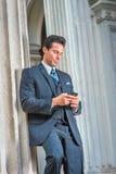 Wieka Średniego Amerykański biznesmen texting na telefonie komórkowym outside Obrazy Stock