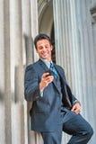 Wieka Średniego Amerykański biznesmen texting na telefonie komórkowym outside Zdjęcia Royalty Free