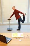 Wieka średniego mężczyzna nogi ćwiczenie zdjęcia royalty free