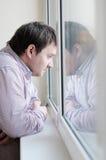 Wieka średniego mężczyzna patrzeje okno Obraz Royalty Free