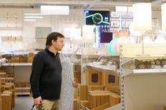 Wieka średniego mężczyzna przy sklepem Obrazy Stock