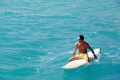 Wieka średniego mężczyzna siedzi w surfboard Zdjęcia Stock