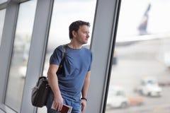 Wieka średniego męski pasażer przy lotniskiem Fotografia Stock