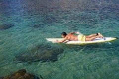 Wieka średniego sportowiec pływa brzeg Fotografia Royalty Free