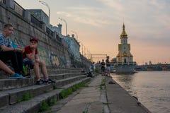 Wieki dojrzewania odpoczywają na quay blisko ściany z graffiti, Ukraina, Kyiv editorial 08 03 2017 Obraz Stock