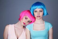 Wieki dojrzewania w kolorowy peruk pozować z bliska Szary tło Obrazy Stock