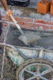 2 wiel concrete kar met beton en schop Stock Foto