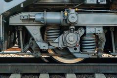 Wiel en fragment van vrachtwagenkader van moderne locomotief stock afbeeldingen