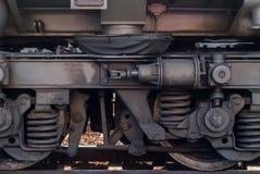 Wiel en fragment van vrachtwagenkader van moderne locomotief stock foto's
