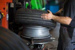 Wiel het in evenwicht brengen of reparatie en de band van de veranderingsauto bij de autodienst royalty-vrije stock foto