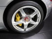 Wiel met Porsche-embleem en Michelin-band stock foto's