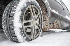 Wiel op de winterweg Stock Foto's