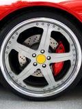 Wiel op een rode sportwagen Royalty-vrije Stock Afbeeldingen