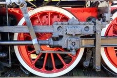 Wiel van de oude locomotief van rode kleur Stock Foto's