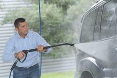 Wiel van de de straal het schoonmakende auto van het drukwater stock foto's