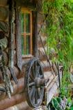 Wiel van een oude kar dichtbij landelijk huis Stock Afbeeldingen