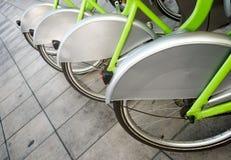 Wiel van geparkeerde fiets royalty-vrije stock foto