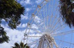 Wiel van overzicht tegen blauwe hemel met wolken aantrekkelijkheid royalty-vrije stock foto's